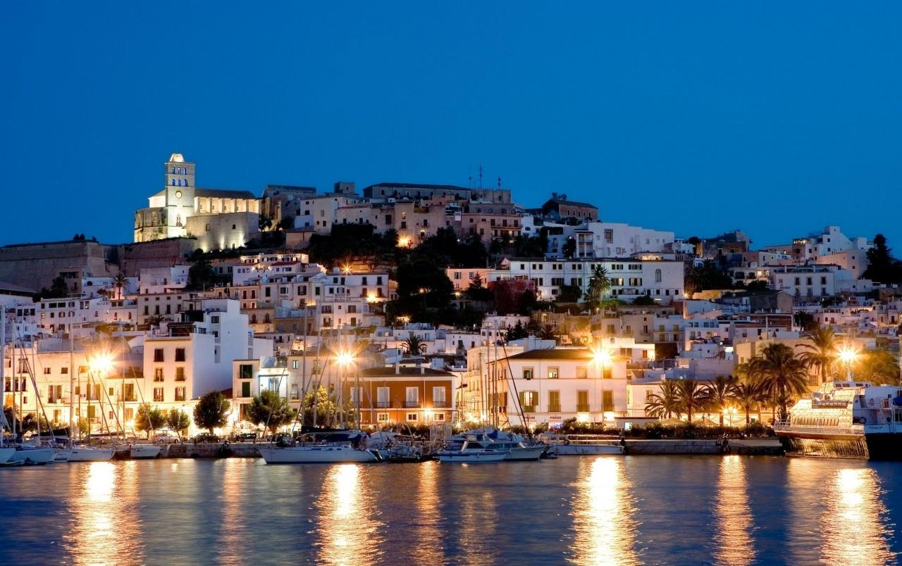Alquilar yates de lujo en Ibiza. Alquiler de barcos baratos en Ibiza. Alquiler de superyates en Ibiza. Yates de lujo en Ibiza